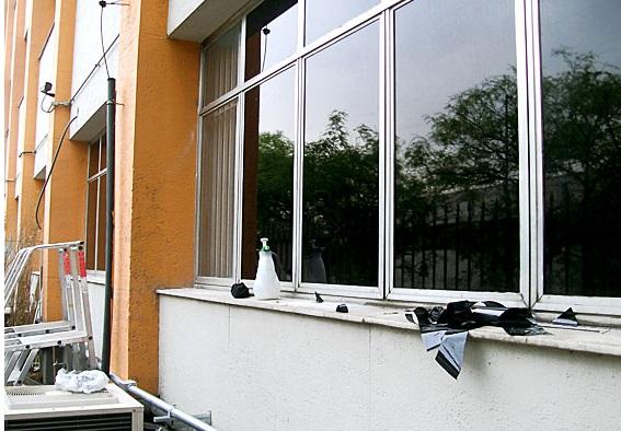 603261-Como-aplicar-insulfilm-nas-janelas-de-casa-3